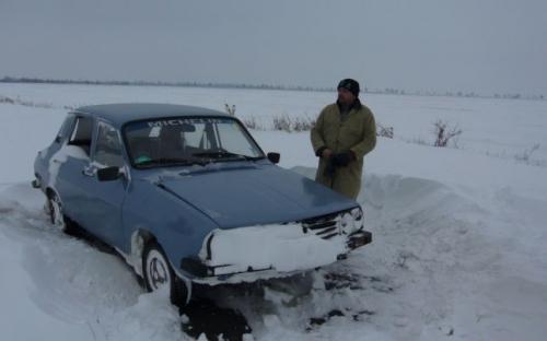 anvelope iarna  Şoferii care rămân blocaţi în zăpadă cu maşini fără anvelope de iarnă vor plăti până la 1.470 de lei