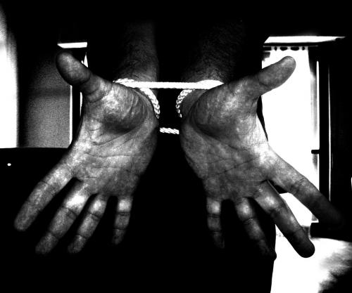 mani legate  Crimă oribilă la Matca