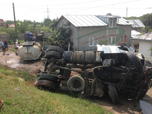 "accident hanu conachi2 edit 1024x768  [GALERIE FOTO] Un Logan ""inconștient"" a produs un dezastru ecologic"