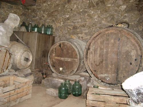 beci 1024x768  Mort  în beci, intoxicat cu gaze de la vinul nou