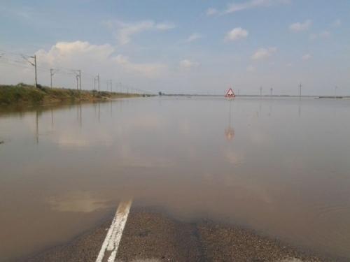inundatii dn25  [FOTO] ȘOCANT! Apa atinge un metru înălţime pe Drumul Naţional 25, între Vameş şi Tudor Vladimirescu
