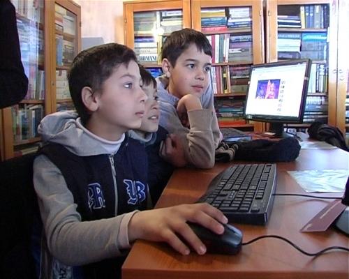 internet copii  Copiii de la sate mai aproape de Internet cu sprijinul inginerilor şi tehnicienilor de la STS